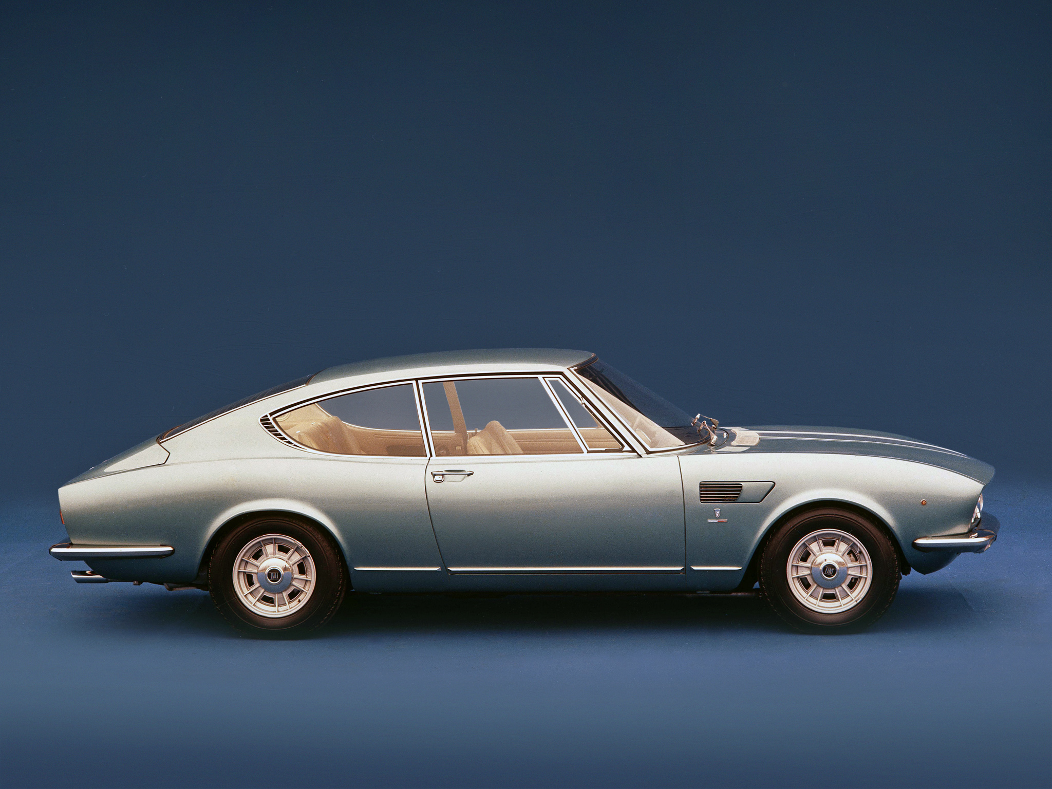 Oeuvre de la Carrozzeria Bertone, la Fiat Dino Coupé V6 2000 s'offre un profil fastback avec un avant particulièrement agressif.