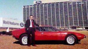 Alejandro de Tomado devant les locaux de Ford à Dearborn et sa de Tomaso.
